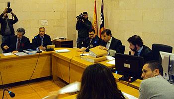 El juez Víctor Fernández (centro) durante la vista que se ha celebrado en los juzgados de Sa Gerreria.
