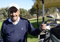 Hidalgo juega al golf.