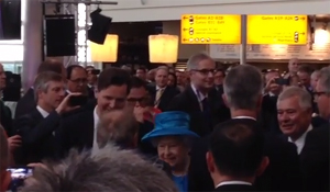 La reina Isabel II inaugura la T2 de Heathrow