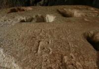Dos turistas graban su nombre en el Coliseo de Roma