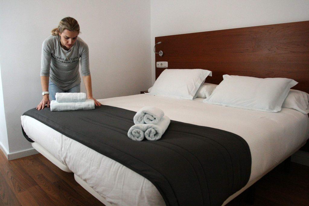 Canarias anula un convenio hotelero que discriminaba a las mujeres con los pluses noticias de - Que cobra una camarera de pisos ...