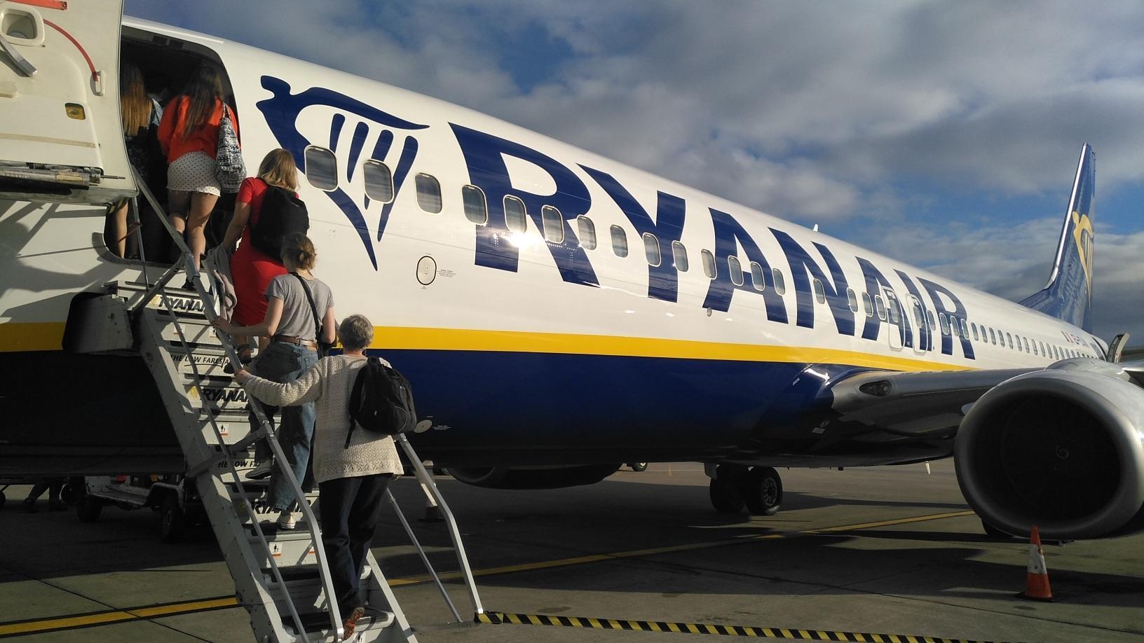 ec2043ce0 El ministerio de Fomento actúa ya en dos líneas de trabajo referentes a la  política de Ryanair de cobrar por el equipaje de mano: dirimir si cabe  algún tipo ...